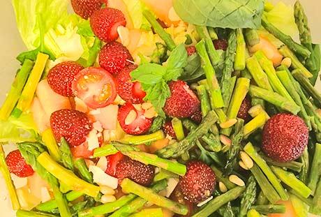 tankoparsa-parmesanjuustosalaatti basilikamansikoilla